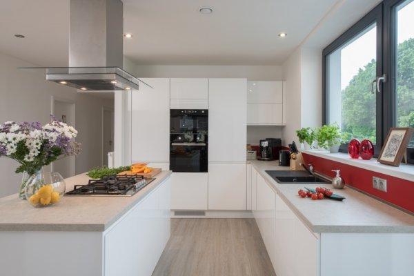 moderní bílá kuchynská linka